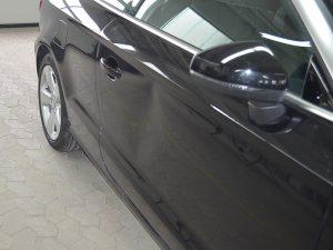 Delle an Autotür vor der Reparatur